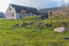 Αυλή σε ένα γεωργικό εγκαταλειμμένο αγρόκτημα Στοκ Φωτογραφίες