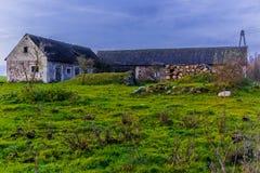 Αυλή σε ένα γεωργικό εγκαταλειμμένο αγρόκτημα Στοκ φωτογραφία με δικαίωμα ελεύθερης χρήσης