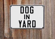 αυλή σημαδιών σκυλιών Στοκ Φωτογραφία