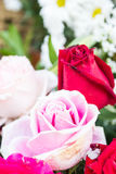 Αυξήθηκε ανθοδέσμη χρησιμοποιώντας στη γαμήλια τελετή τη δευτερεύουσα προοπτική Στοκ Φωτογραφία