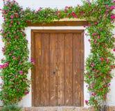 Αυξήθηκε αψίδα λουλουδιών πέρα από την πόρτα στοκ εικόνα με δικαίωμα ελεύθερης χρήσης