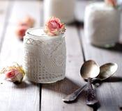 Αυξήθηκε ελληνικό γιαούρτι γεύσης σε μια δαντέλλα γυαλιού jarwith Στοκ φωτογραφία με δικαίωμα ελεύθερης χρήσης