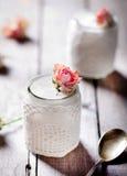 Αυξήθηκε ελληνικό γιαούρτι γεύσης σε μια δαντέλλα γυαλιού jarwith Στοκ φωτογραφίες με δικαίωμα ελεύθερης χρήσης