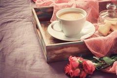 Αυξήθηκε, καφές και μπισκότα με μορφή μιας καρδιάς βαμμένος Αντίγραφο s στοκ φωτογραφία με δικαίωμα ελεύθερης χρήσης