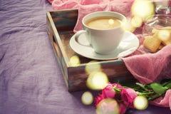 Αυξήθηκε, καφές και μπισκότα με μορφή μιας καρδιάς βαμμένος και bok στοκ φωτογραφία με δικαίωμα ελεύθερης χρήσης