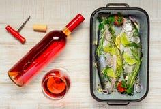 Αυξήθηκε κρασί με τα ψάρια πεστροφών Στοκ εικόνες με δικαίωμα ελεύθερης χρήσης