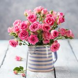 Αυξήθηκε λουλούδια στο βάζο Όμορφη ρομαντική ανθοδέσμη Στοκ εικόνα με δικαίωμα ελεύθερης χρήσης