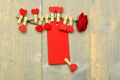 Αυξήθηκε λουλούδι με τις μικροσκοπικές καρφίτσες με τις καρδιές στο μίσχο Συγχαρητήρια και έννοια επιθυμιών Ετικέττα για τα συγχα στοκ φωτογραφία