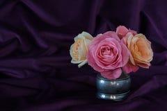 Αυξήθηκε λουλούδι στην ασημένια κανάτα Στοκ Εικόνες