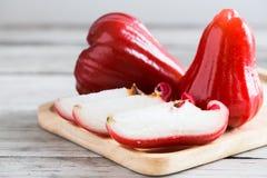 Αυξήθηκε μήλα ή chomphu στο ξύλινο υπόβαθρο Στοκ Εικόνες