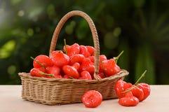 Αυξήθηκε μήλο, κόκκινα φρούτα στο ψάθινο καλάθι Στοκ φωτογραφία με δικαίωμα ελεύθερης χρήσης