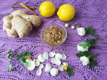 Αυξήθηκε μαρμελάδα πετάλων με την πιπερόριζα και το λεμόνι στοκ φωτογραφία