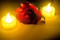 αυξήθηκε με δύο κεριά στοκ εικόνα