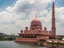 Αυξήθηκε μουσουλμανικό τέμενος σε Putrajaya Στοκ Φωτογραφίες