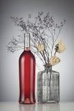 Αυξήθηκε μπουκάλι κρασιού χωρίς την ετικέτα Στοκ Φωτογραφίες