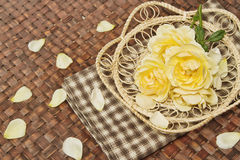 Αυξήθηκε λουλούδια διακοσμεί στην ξύλινη επιφάνεια Στοκ Εικόνες