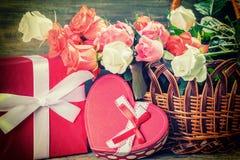Αυξήθηκε λουλούδια στο ξύλινο σκηνικό Στοκ εικόνα με δικαίωμα ελεύθερης χρήσης