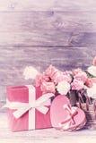 Αυξήθηκε λουλούδια στο ξύλινο σκηνικό Στοκ Εικόνα