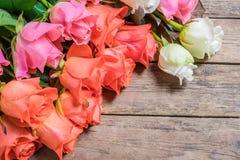 Αυξήθηκε λουλούδια στο ξύλινο σκηνικό Στοκ εικόνες με δικαίωμα ελεύθερης χρήσης