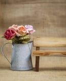 Αυξήθηκε λουλούδι εγγράφου και ξύλινος πάγκος Στοκ Φωτογραφίες