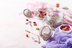 Αυξήθηκε πέταλα και οφθαλμοί λουλουδιών για aromatherapy Στοκ εικόνα με δικαίωμα ελεύθερης χρήσης