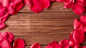 Αυξήθηκε πέταλα που διασκορπίστηκαν στο ξύλινο πάτωμα απόθεμα βίντεο