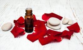 Αυξήθηκε πέταλα λουλουδιών με το aromatherapy ουσιαστικό πετρέλαιο Στοκ Εικόνα