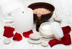 Αυξήθηκε πέταλα λουλουδιών με το aromatherapy ουσιαστικό πετρέλαιο Στοκ φωτογραφίες με δικαίωμα ελεύθερης χρήσης