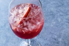 Αυξήθηκε ροζ κοκκινίζει κοκτέιλ κρασιού με τους σπόρους ροδιών, τη φέτα της Apple και το συντριμμένο πάγο Στοκ εικόνα με δικαίωμα ελεύθερης χρήσης