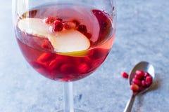Αυξήθηκε ροζ κοκκινίζει κοκτέιλ κρασιού με τους σπόρους ροδιών, τη φέτα της Apple και το συντριμμένο πάγο Στοκ Εικόνα