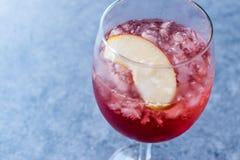 Αυξήθηκε ροζ κοκκινίζει κοκτέιλ κρασιού με τους σπόρους ροδιών, τη φέτα της Apple και το συντριμμένο πάγο Στοκ εικόνες με δικαίωμα ελεύθερης χρήσης