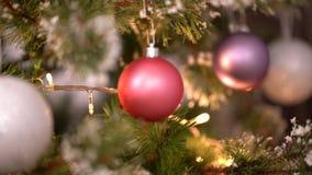 Αυξήθηκε σφαίρα Χριστουγέννων στη θολωμένη κίνηση χριστουγεννιάτικων δέντρων φιλμ μικρού μήκους