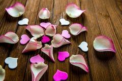 Αυξήθηκε φύλλα πετάλων σε ένα καφετί ξύλινο υπόβαθρο, τοπ άποψη Στοκ Εικόνα
