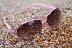 Αυξήθηκε χρωματισμένα γυαλιά στη θάλασσα παραλιών Στοκ φωτογραφία με δικαίωμα ελεύθερης χρήσης