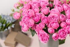 Αυξήθηκε peony φυσαλίδες της Misty Λουλούδια ανθοδεσμών των ρόδινων τριαντάφυλλων στο βάζο μετάλλων Shabby κομψό εγχώριο ντεκόρ στοκ φωτογραφίες με δικαίωμα ελεύθερης χρήσης