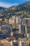 Αυξανόμενα επίπεδα με τα ζωηρόχρωμα διαμερίσματα της πόλης του Μονακό Στοκ Εικόνα