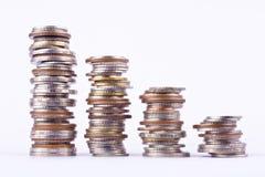 Αυξανόμενος τη γραφική παράσταση χρημάτων σε μια σειρά του νομίσματος στην άσπρη επιχείρηση χρηματοδότησης υποβάθρου που απομονών στοκ φωτογραφίες
