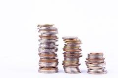 Αυξανόμενος τη γραφική παράσταση χρημάτων σε μια σειρά τρία του νομίσματος και το σωρό των νομισμάτων λουτρών συσσωρεύστε στην άσ στοκ φωτογραφία με δικαίωμα ελεύθερης χρήσης