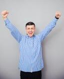 Αυξημένα άτομο χέρια επάνω Παραγωγή της χειρονομίας νίκης Στοκ Εικόνες