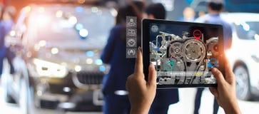 Αυξημένη έννοια πραγματικότητας AR Βιομηχανικά 4 0, χέρι της ταμπλέτας εκμετάλλευσης μηχανικών που χρησιμοποιεί την εικονική υπηρ στοκ εικόνα