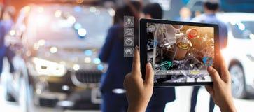 Αυξημένη έννοια πραγματικότητας AR Βιομηχανικά 4 0, χέρι της ταμπλέτας εκμετάλλευσης μηχανικών που χρησιμοποιεί το εικονικό AR στοκ εικόνες