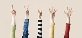 Αυξημένος επάνω στην παρουσίαση χεριών και δάχτυλων αριθμητική Στοκ Φωτογραφίες