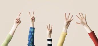 Αυξημένος επάνω στην παρουσίαση χεριών και δάχτυλων αριθμητική Στοκ Εικόνες