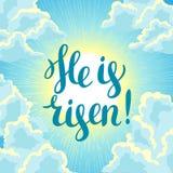 αυξημένος Ευτυχής απεικόνιση ή ευχετήρια κάρτα έννοιας Πάσχας Θρησκευτικό σύμβολο της πίστης ενάντια στο νεφελώδη ουρανό ανατολής διανυσματική απεικόνιση