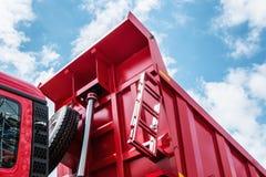 Αυξημένο φορτηγό απορρίψεων σωμάτων κόκκινο Στοκ Εικόνες