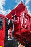 Αυξημένο φορτηγό απορρίψεων σωμάτων κόκκινο Στοκ Εικόνα