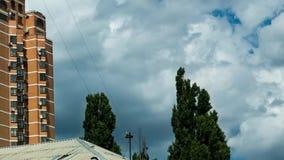 Αυξομειούμενα σύννεφα, αυξομειούμενα χνουδωτά άσπρα σύννεφα κινηματογραφήσεων σε πρώτο πλάνο με την οικοδόμηση του υποβάθρου χρον απόθεμα βίντεο