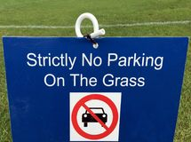 Αυστηρά κανένας χώρος στάθμευσης στη χλόη Στοκ Εικόνα