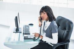 Αυστηρή αριστοκρατική επιχειρηματίας που απαντά στο τηλέφωνο Στοκ Φωτογραφίες