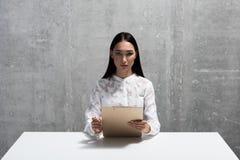 Αυστηρή ασιατική γυναίκα που παίρνει συνέντευξη από κάποιο Στοκ Εικόνες
